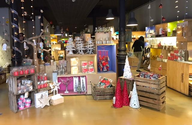 Entrada a una tienda Høsten con display de artículos navideños