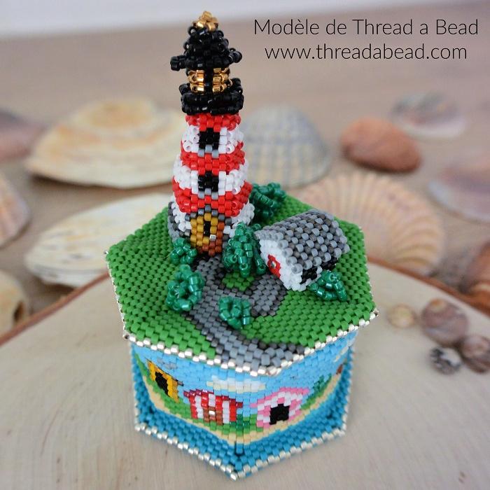 Boite phare en perles Miyuki, modèle de Thread a Bead, tissée en peyote circulaire et brickstitch par Hello c'est Marine