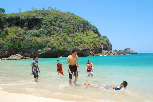 15 Perlengkapan Wisata Pantai Yang Wajib Kamu Bawa, Jangan Sampai Ketinggalan Ya!!!