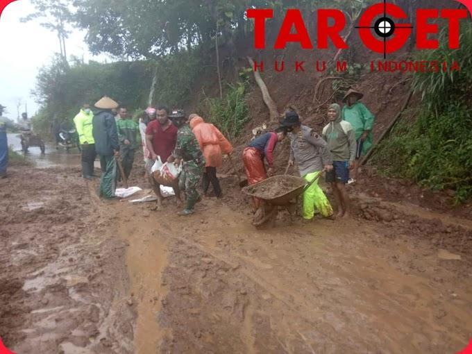 Koramil Gunungwungkal Bersama Warga Bersihkan Tanah Longsor Bahu Jalan di Dua Desa