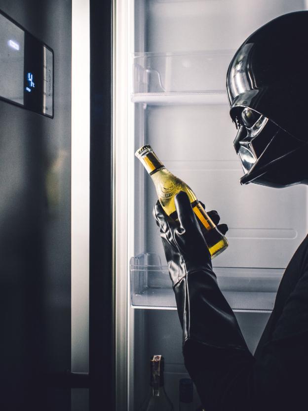 darth vader tomando cerveja - Você já imaginou como seria o cotidiano de Darth Vader