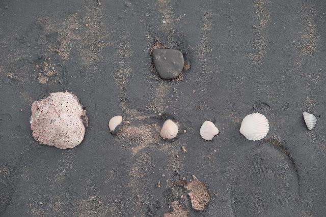 ช่วงเดือนตุลาคม เป็นต้นไป หาดทรายดำจะสวยมาก เพราะขี้แร่ จะสะท้อนแสงจากดวงอาทิตย์ระยิบระยับ
