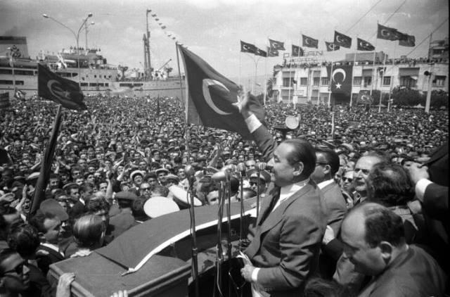 Adnan Menderes mitingde halkı selamlıyor