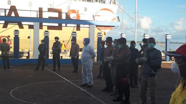 Wali Kota Tual Adam Rahayaan S.Ag., M.Si saat turun langsung bersama Tim Covid - 19 saat menggelar pemeriksaan terhadap penumpang KM Ngapulu