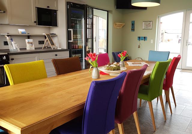 Vom Glück dieser Erde: Urlaub auf dem Küselhof und Reiterhof Witt auf Fehmarn. In der Lounge gibt es Kaffee, sie steht allen Feriengästen offen.