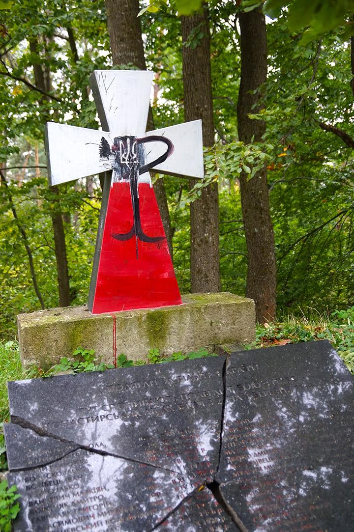 Сплюндрована могила вояків УПА на горі Монастир (Польща).