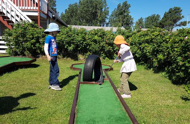 Unsere 11 besten Ausflugstipps für die Ostseeküste Nordjütlands. Auf diesem Ausflug in den Hafen von Asaa hatten unsere Kinder viel Spaß beim Minigolf.