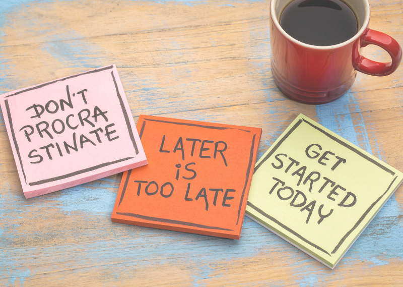 A coffee with post it note saying don't procrastinate in a blog post about five easy ways to beat procrastination.