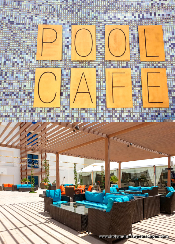 pool cafe in Hili Rayhaan by Rotana
