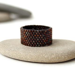 Купить женское широкое кольцо из бисера. Стильная бижутерия купить в интернет-магазине. Минимализм.