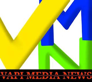 वापी बाजार में सब्जी टेंपो चालक को धमकी देते पुलिसकर्मी। - Vapi Media News