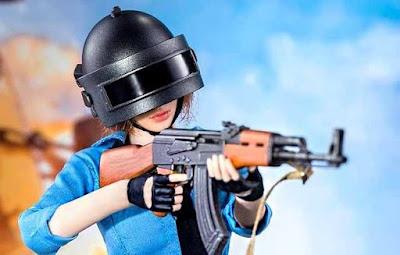 موديل الأنثي مع سلاح AKM