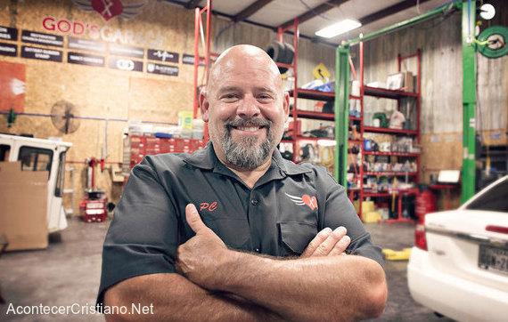 Pastor abre taller mecánico gratis