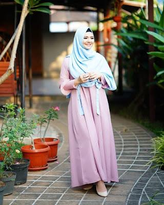 Eriska Reinisa pakai gamis pink dan ungu manis