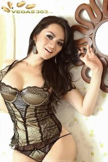 Pose Hot Wulan Ekarina