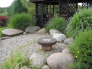 drewniana altana , kamień w ogrodzie