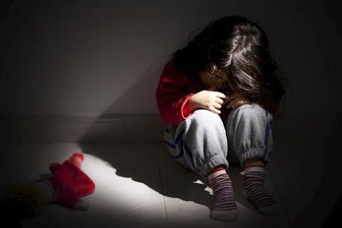Szexre kényszerítették a 8 és 2 éves gyerekeket – Debrecenben tárgyalják az ügyet