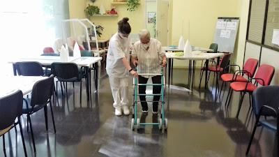 Terapeuta i usuària caminant