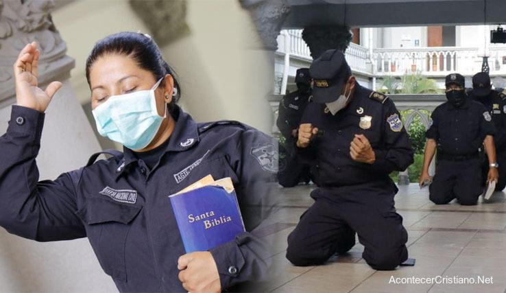 Policías salvadoreños orando