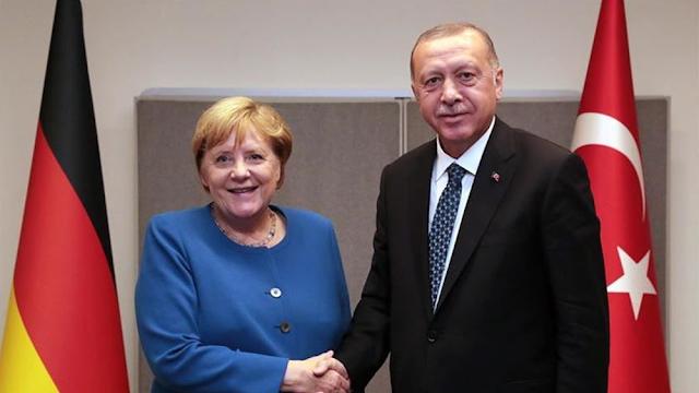 Ερντογάν στη Μέρκελ: Πρέπει να αναθεωρηθεί η συμφωνία ΕΕ-Τουρκίας για το μεταναστευτικό