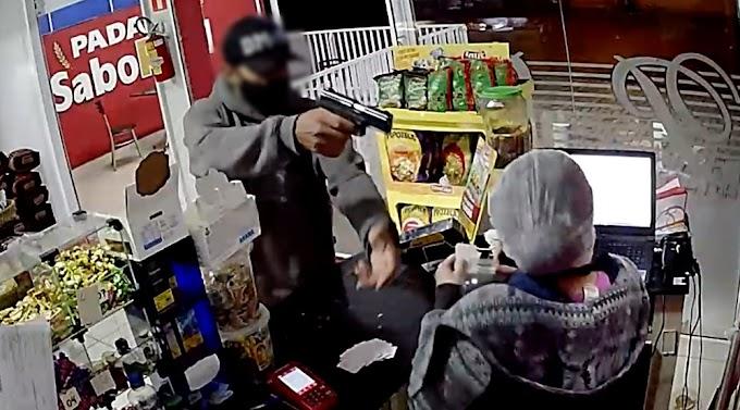 VÍDEO: São José dos Pinhais: Bandido aponta arma para funcionária de padaria e leva a grana