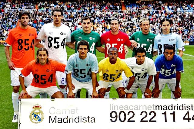 REAL MADRID C. F. Temporada 2007-08- Van Nistelrooy, Metzelder, Iker Casillas, Sergio Ramos, Guti, Gago. Michel Salgado, Higuaín, Robinho, Saviola, Marcelo. REAL MADRID C. F. 3 R. C. DEPORTIVO DE LA CORUÑA 1. 28/10/2007. Campeonato de Liga de 1ª División, jornada 9. Madrid, estadio Santiago Bernabeu: 70.000 espectadores. GOLES: 0-1: 2', Xisco de tiro raso cruzado. 1-1: 8', Van Nistelrooy de penalti. 2-1: 79', Raúl en boca de gol tras pase de Van Nistelrooy. 3-1: 85', Robinho tras un pase entre líneas de Guti. Los jugadores del Real Madrid lucen camisetas de apoyo a la campaña contra el hambre en el mundo.
