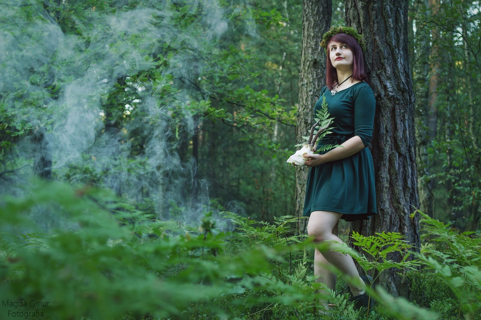 Sesja w lesie, zieleń, rogi jelenia sesja, rogi sesja, kulki dymne