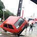 Carro fica virado após bater em poste na rua Apodi com Pudente de Morais
