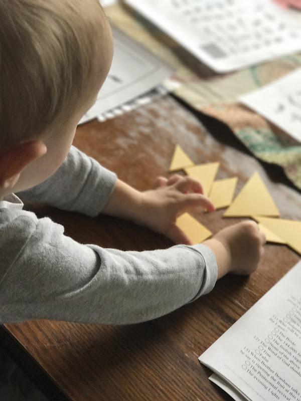 Veja as peças do tangram nas mãos da criança