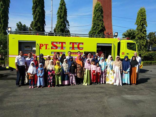 Anak-anak Yatim Piatu saat menerima bingkisan Idul Fitri dari PT. STTC
