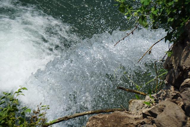 מים זורמים ממפל איוב