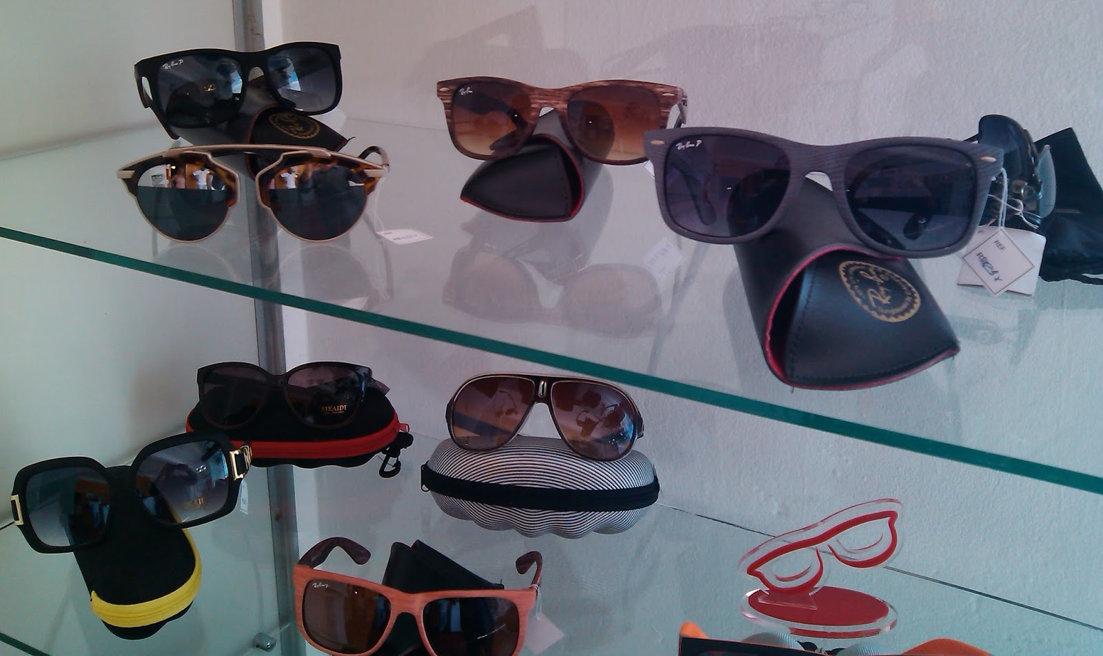 d39c0ca9f89a3 A Ótica Versátil oferece o que a de melhor e de mais qualidade quando se  trata de óculos de sol. As melhores marcas e os modelos mais arrojados para  ...