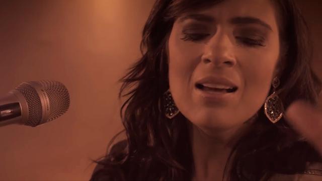 Fernanda Brum lança novo videoclipe: 'O Que Sua Glória Fez Comigo'