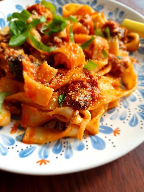 linguine,makaron z omidorami,salsa di pomodoro,cucina italiana,,kuchnia włoska,obiad po włosku,romantyczna kolacja,dania  kuchni włoskiej,sugo bolognese,sos boloński,z kuchni do kuchni,