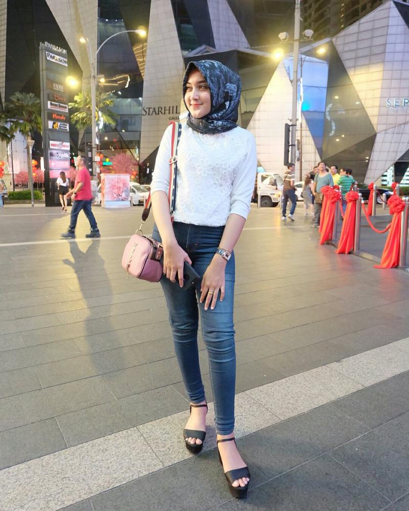 Celana Jeans ketat dan Hijab senyum indah bibir tipis