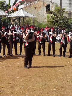 Faldi sedang perform bersama tim paskin saat upacara 17 Agustus