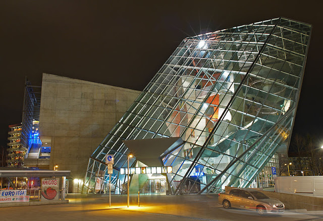 1. UFA-Palast di Dresden, Germany, oleh Coop Himmelb