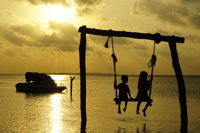 Ayunan di pantai menghadap sunset