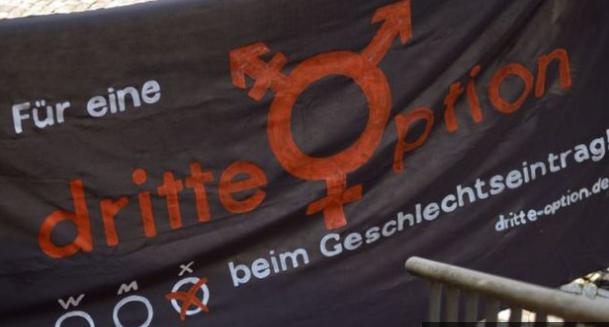 ألمانيا، بدء تنفيذ قانون شرعية الجنس الثالث في البلاد.