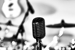 Microphone and drum set