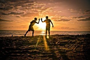 amici che giocano sulla spiaggia