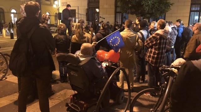Sírjunk vagy nevessünk? 80 fős gigatüntetés a CEU-ért. Orbán ultimátumot kapott az egyik felszólalótól