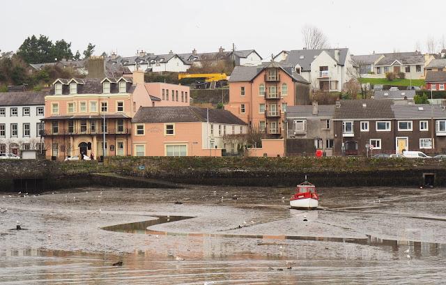 Kinsale, irlanti, etelä irlanti, cork, varikkaat talot, soma pikkukaupunki irlannissa, laskuvesi, punainen kalastusvene, vari-iloittelua