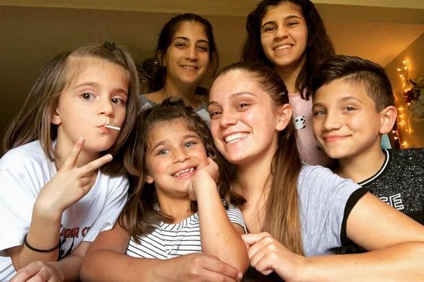 Семнадцатилетняя девушка сама вырастила пятерых сестер и братьев