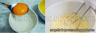 Tách lấy lòng đỏ trứng và cho đường vào đánh đều hỗn hợp