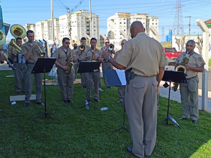 Banda da Brigada Militar se apresenta para crianças do Abrigo Amarelinha em Cachoeirinha
