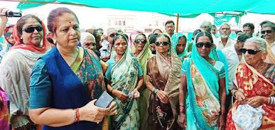 पूर्व मंत्री अर्चना चिटनिस मरीजो के साथ पहुची कलेक्टर निवास   purv mantri archana chitnis pahuchi collector nivas par