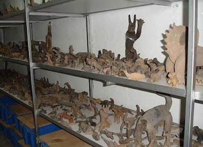 Alcune delle figure di creta della grande collezione.