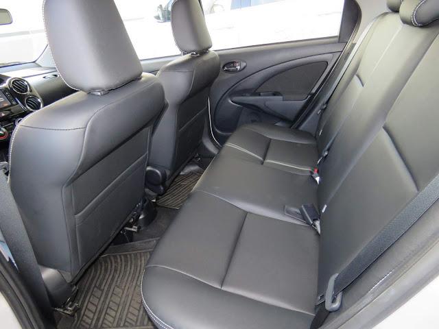 Novo Toyota Etios XS 1.5 Automático - espaço traseiro da versão sedã
