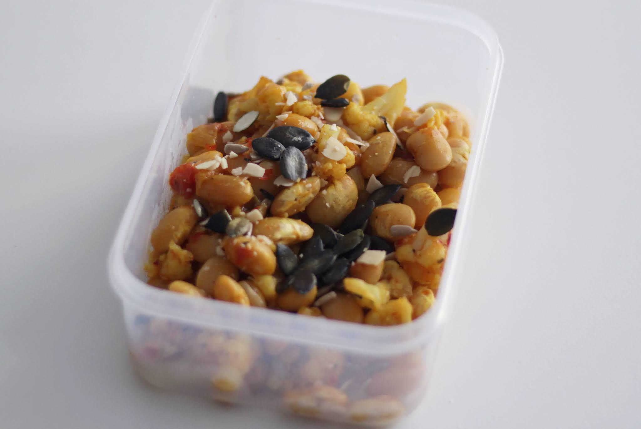 Warzywny lunchbox; Fasola z kalafiorem w sosie chilli-pomidorowym